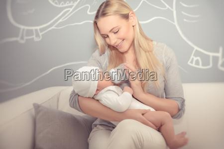 madre nutrire il suo bambino