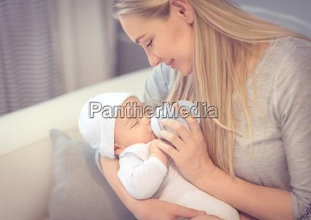 bambino dalimentazione della madre felice