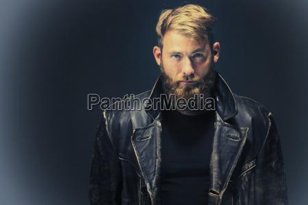 moda ritratto nero pantaloni barba giacca