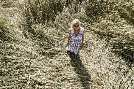 donna segale veduta aerea campo di