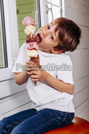 trattare consumazione gelato dessert ragazzo martinetto