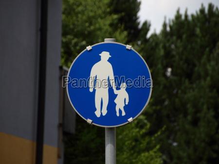 segno pedonale blu con uomo e