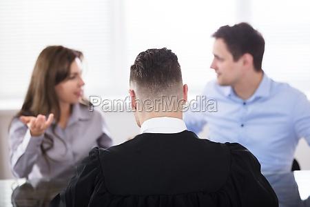 coppia litigare davanti al giudice