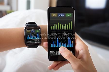 mano con orologio intelligente che mostra