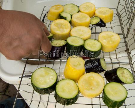 prepara a mano verdure a fette