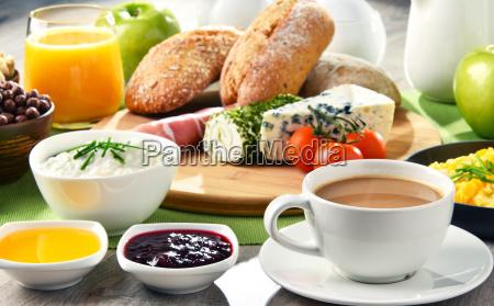 colazione servita con caffe formaggio cereali