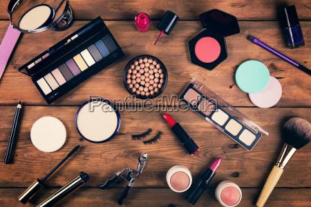 cosmetici trucco su sfondo di legno