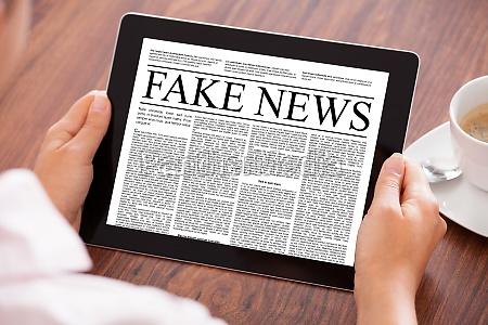 donna guardando notizie articolo