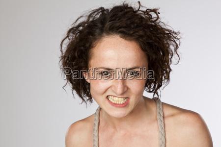 ritratto della giovane donna arrabbiata che