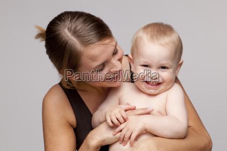 ritratto del neonato senza camicia felice