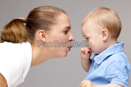 vista laterale delle labbra puckering della
