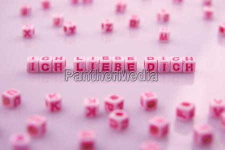ti amo scrittura con cubo rosa