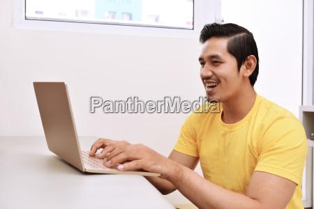 casa costruzione portatile computer risata sorrisi
