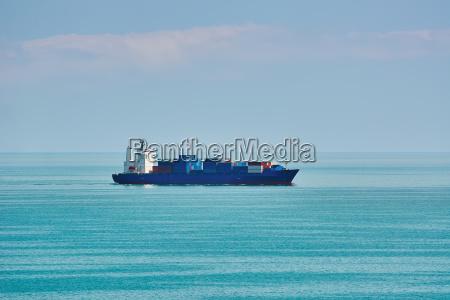 caricare imbarcare trasportare via nave barca