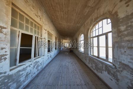 una vista di un corridoio in