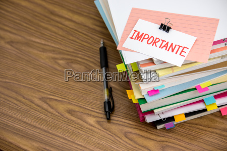 importante il pile of business documents