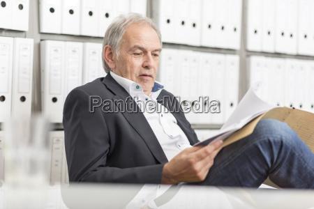 uomo anziano con una camicia bianca