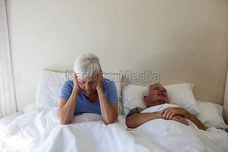 senior donna ottenere disturbato con uomo