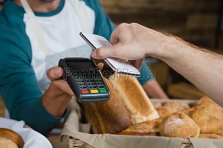 cliente che paga il conto tramite