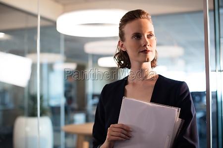 donna ufficio femminile nero caucasico europeo