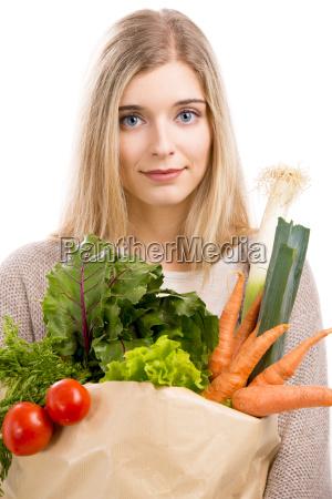 bella donna che trasporta verdure