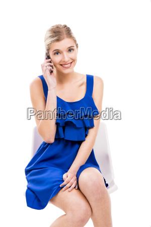 bella donna che parla per telefono