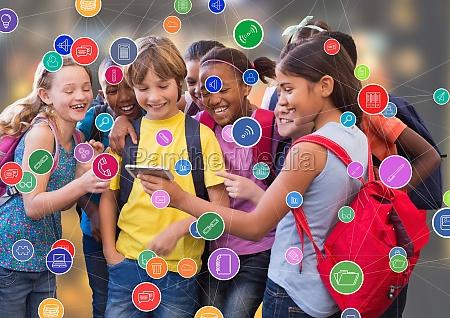 bambini con telefono contro sfondo sfocato