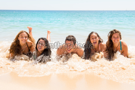 persone che si divertono in mare