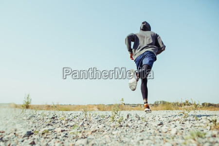 correre lo sport corridore uomo che