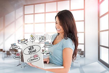donna bicchiere ufficio portatile computer risata