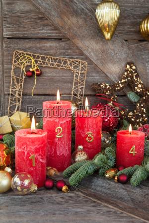 decorazione natalizia congelata levita con candele