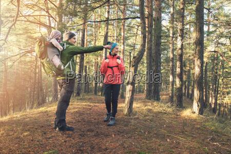 giovane famiglia in forest escursione in