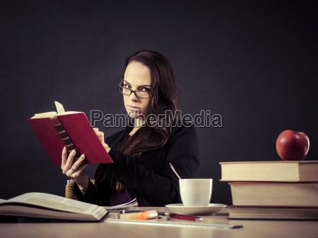 insegnante seduto alla sua scrivania a