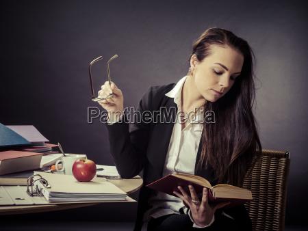 insegnante che si siede alla sua