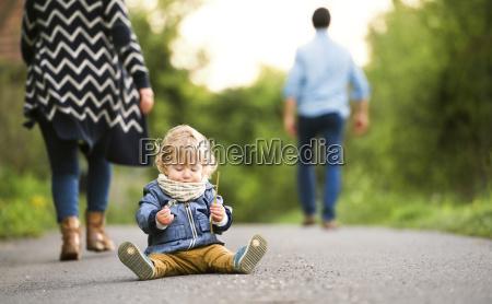genitori lasciando il bambino sul percorso