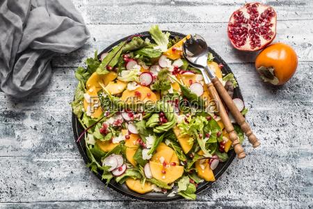 insalata di kaki con ravanello rosso