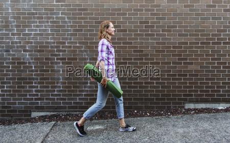 giovane donna che cammina lungo il