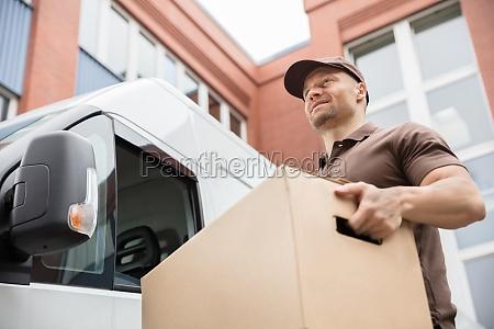 giovane uomo di consegna che trasporta