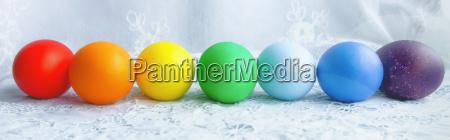 fila colorata di uova di pasqua