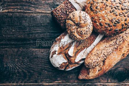 delizioso pane fresco su sfondo di