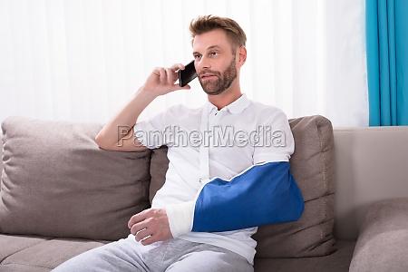 uomo con la mano fratturata che
