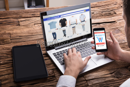 businessperson utilizzando smartphone mentre lo shopping