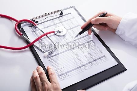 dottore medico mano scrivania primo piano