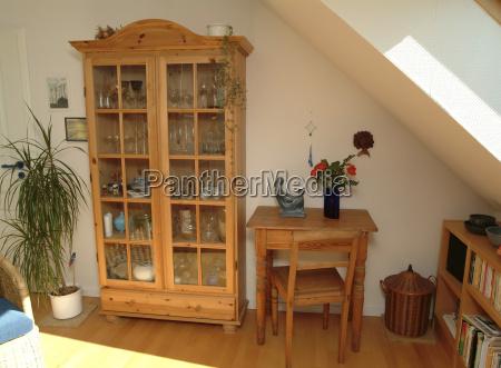 soggiorno con mobili in legno naturale