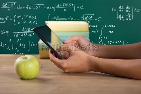 insegnante professore maestro scrivania lavagna digitale