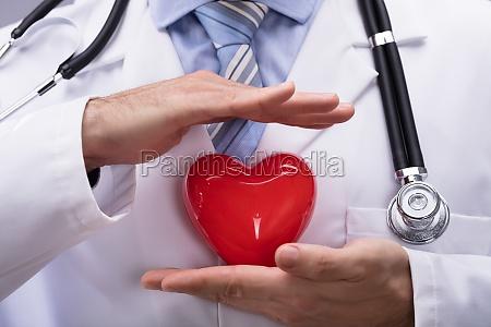 dottore protezione a forma di cuore