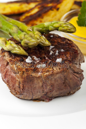 bistecca di manzo e asparagi con