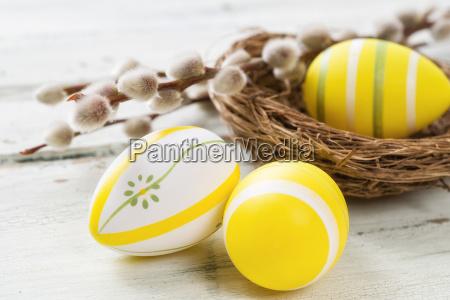 uova di pasqua gialle con gattini