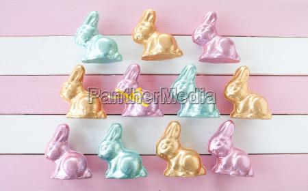 molti coniglietti di pasqua colorati