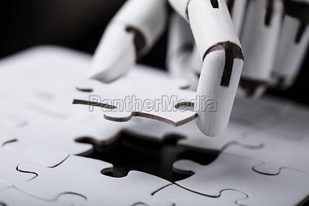 robot tenendo puzzle puzzle
